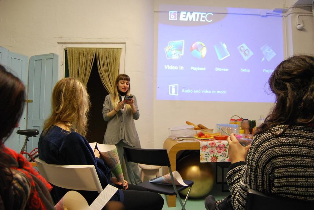 Paula de Pisamoreno realizando la introducción a Pop Up Atelier