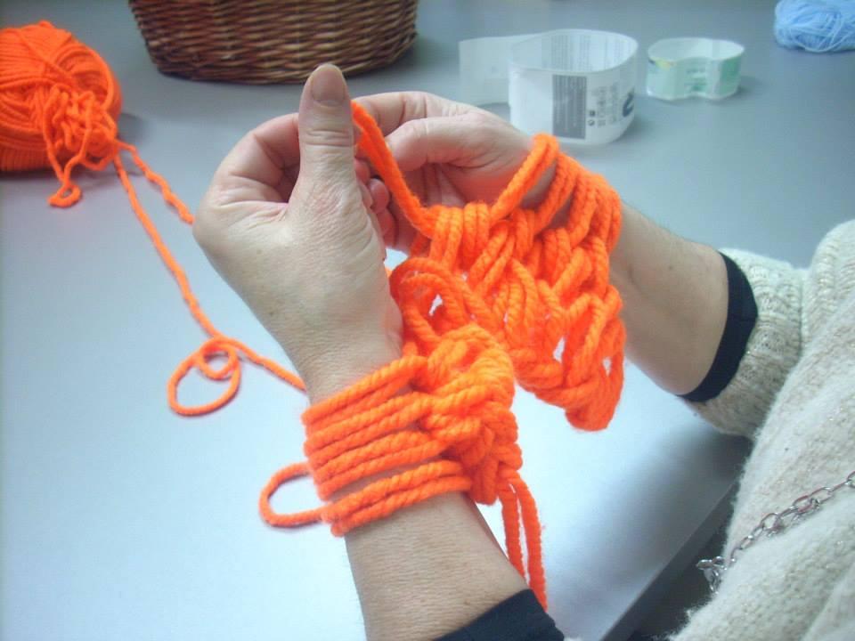 d6351d49a81cf Cómo tejer con las manos con