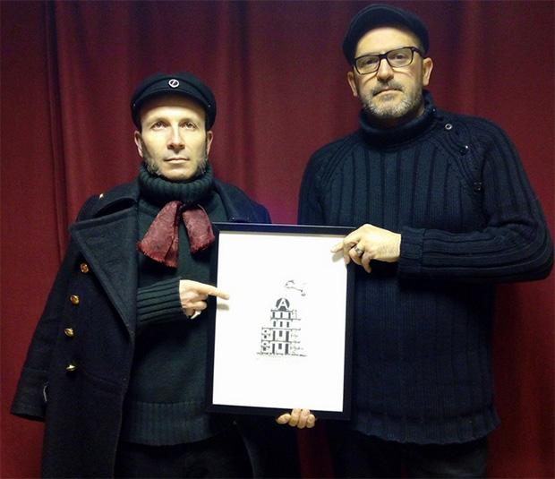 """Antuán Duanel y Pierre d. la con una de las obras de la exposición """"Arquitectura y moralidad"""""""