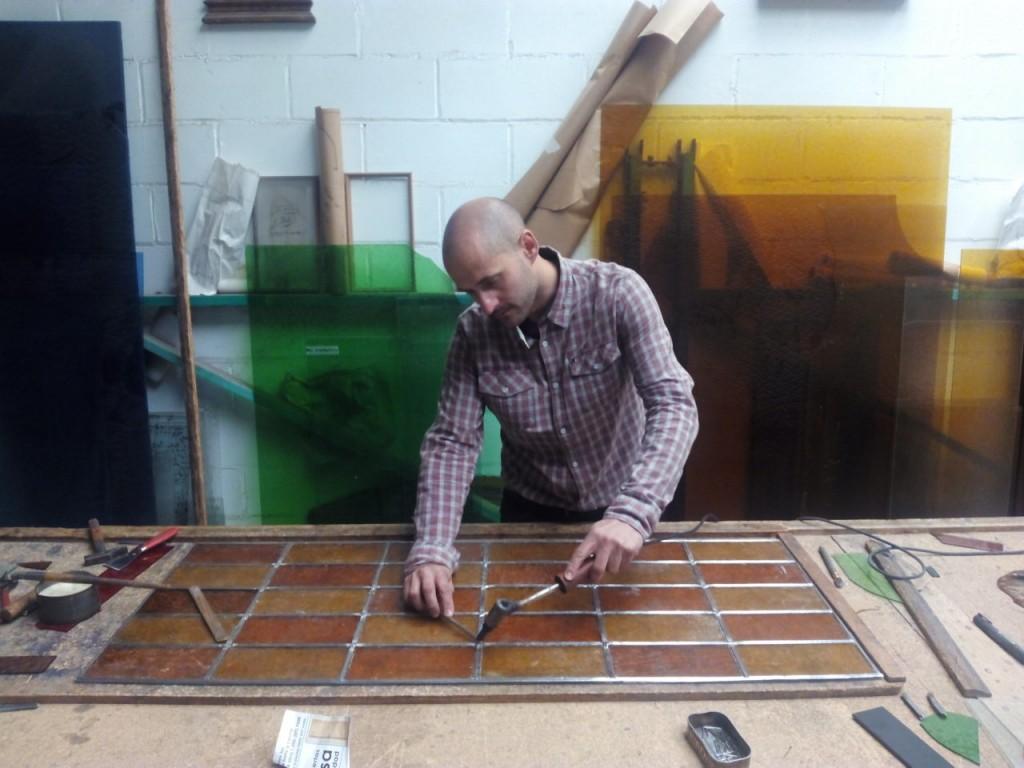 Antonio hijo trabajando en el taller.