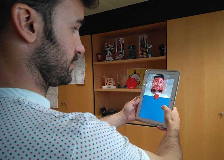 Pedro Lozano mostrando una aplicación de realidad aumentada de Imascono
