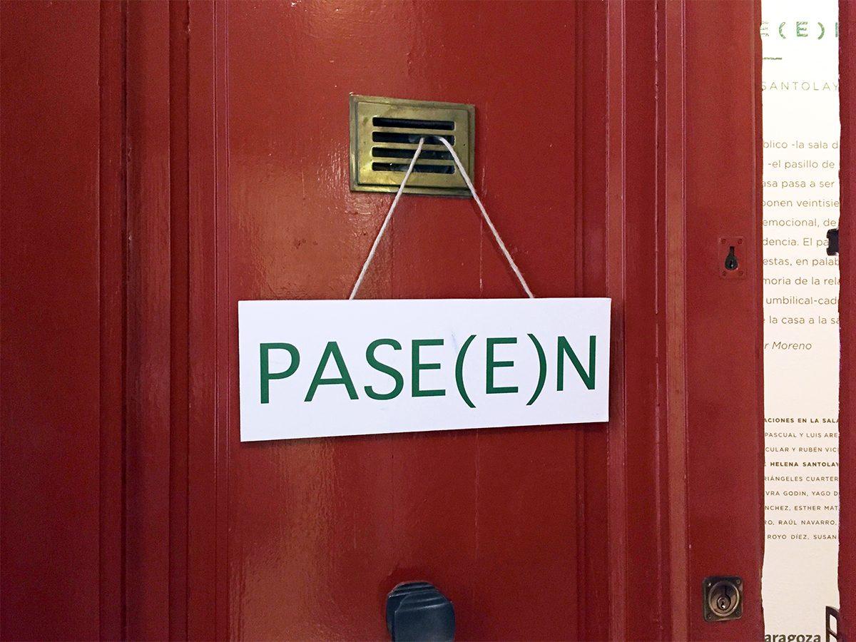 PASE(E)N, una visita al pasillo de Helena Santolaya