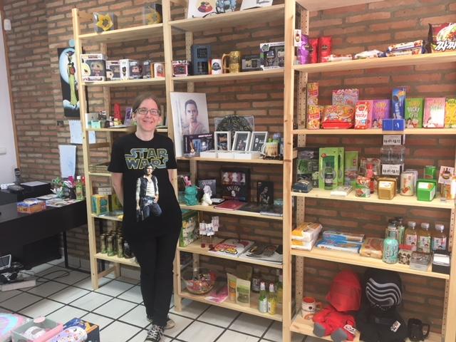 Myriam Morales, en su tienda DreamCatcher, en el barrio de San Pablo de Zaragoza