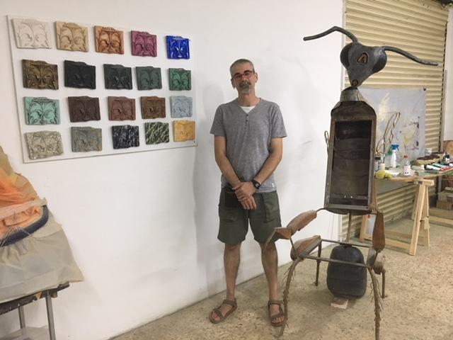 El escultor Miky Alonso, junto a unas muestras de policromía y a una obra artística