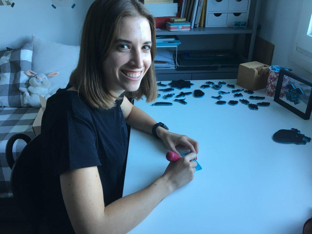La artista Ana Sola, en el estudio en el que se dedica al 'block printing'