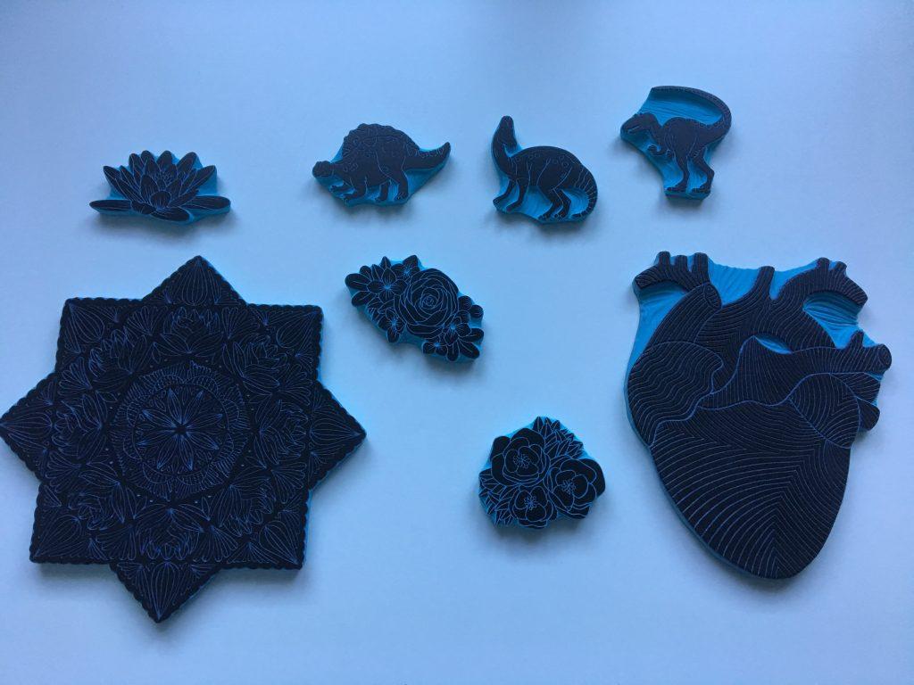Algunos de los sellos carvados obra de Ana Sola