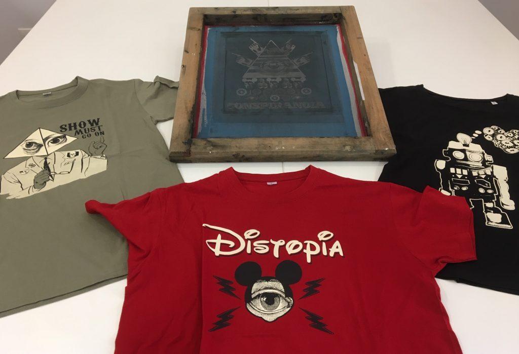 Algunas camisetas de Distopía, la marca propia de Plan 10 Serigrafía