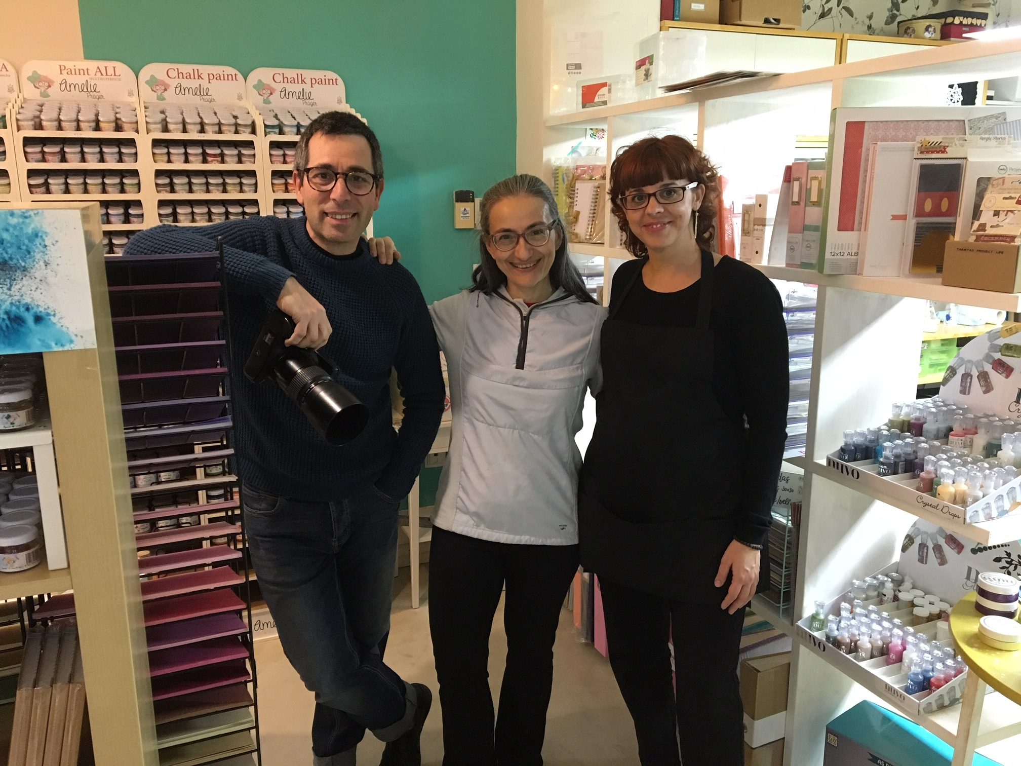 Los responsables de Scrapyfoto, tienda del barrio de La Jota