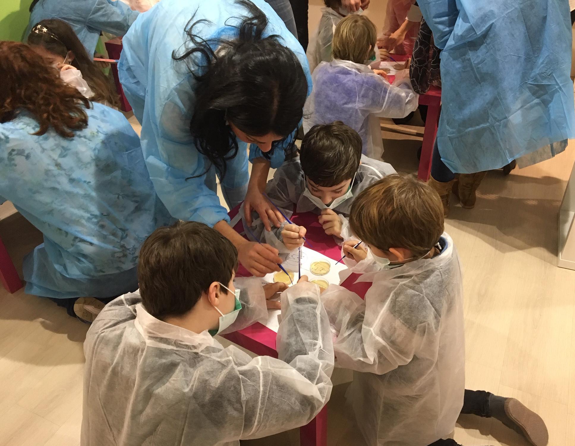 Escaparates 11F: ruta infantil para descubrir el trabajo de tres científicas