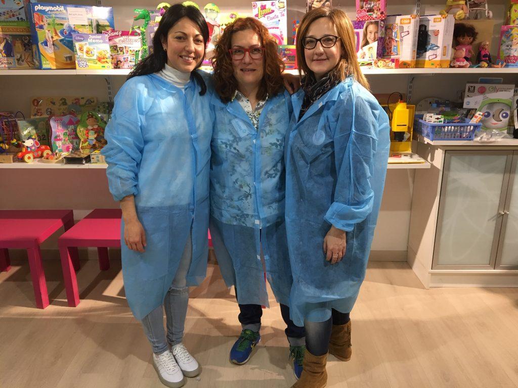 Cristina Hernández (izda.), con Juana Moya y María Hernández, de la iniciativa 11F, en Le damos la vuelta