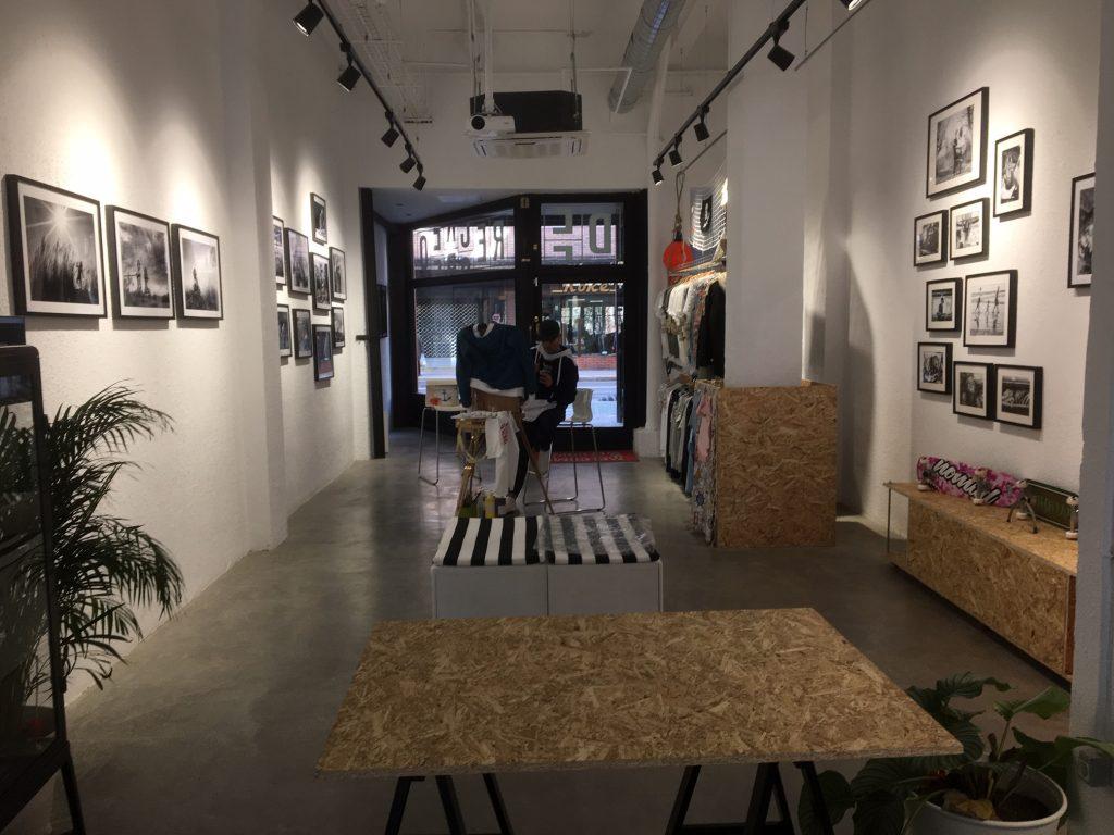 Vista del área 'pop up', zona expositiva en la que Fabio (Amar en calma) muestra además su ropa