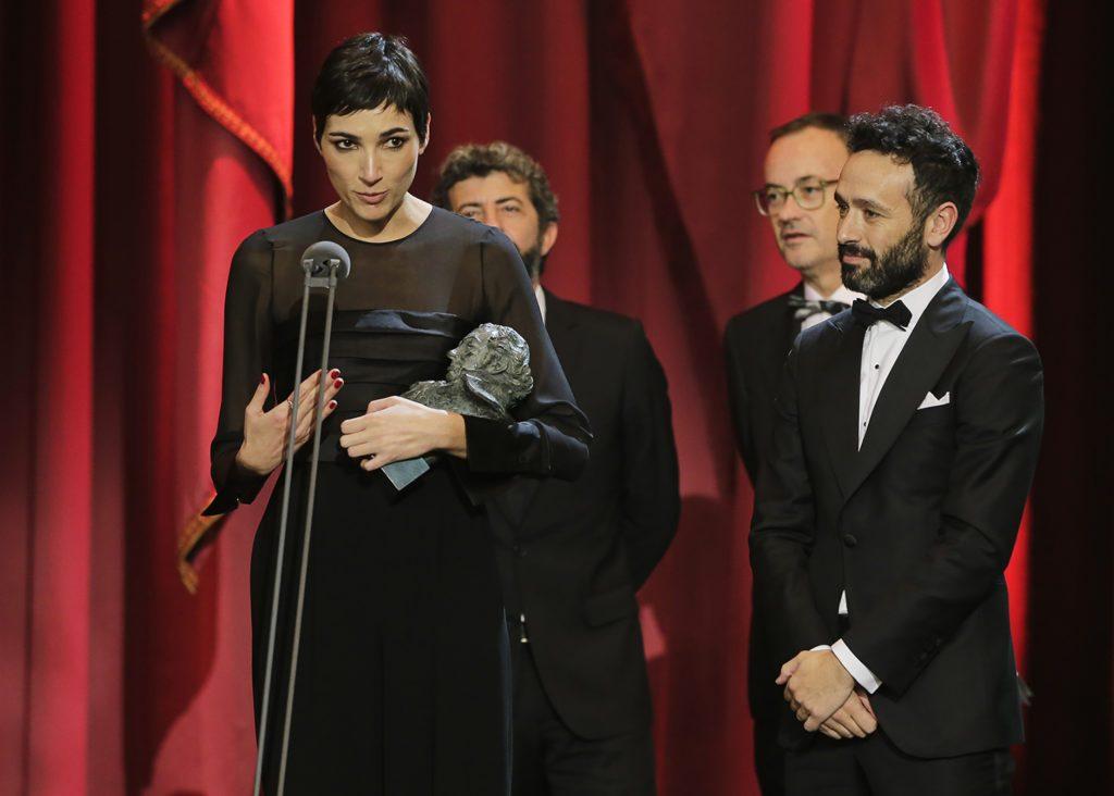 Isabel Peña, con el Goya obtenido por el guión de 'El reino' (autor: Miguel Córdoba)