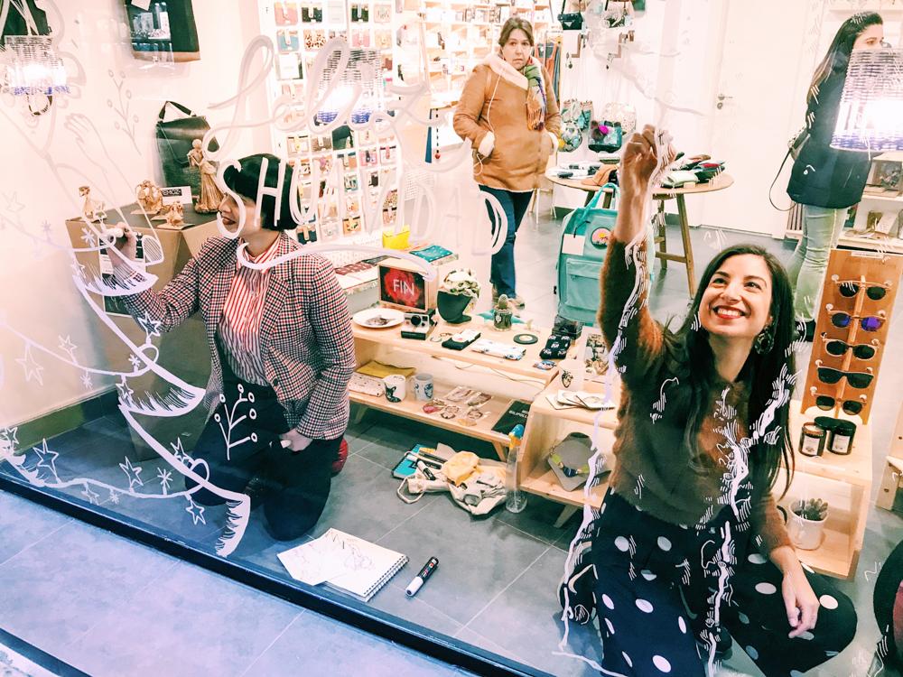 jesana motilva y erica con c pintando un mural en Shuave Shop