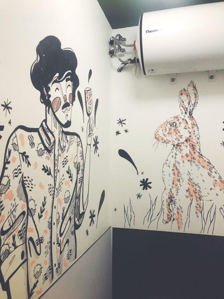 Jesana Motilva pintando el baño de La Maribel Escabechado