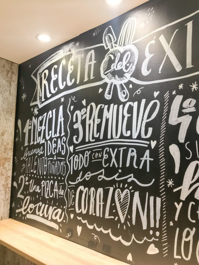 Jesana Motilva con el mural de la pasteleria Con un poco de azucar en Zaragoza