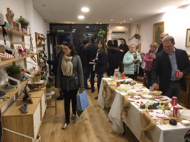 Gran ambiente en la inauguración de la nueva tienda-taller de Casa Alfaro