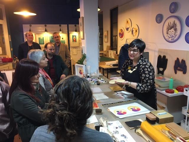 Fabiola Gil, en su demostración de xilografía japonesa