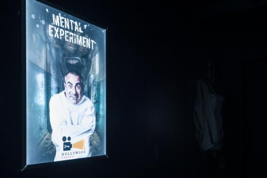El cartel de 'Mental Experiment' en el pasillo por el que se pasa antes de empezar el juego
