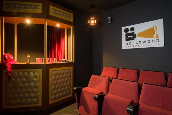 La taquilla y la sala de cine con las que comienza la inmersión lúdica