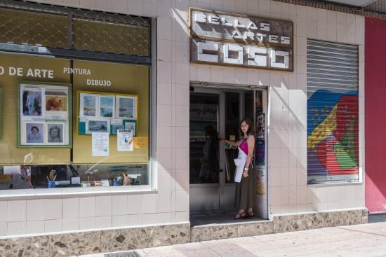 María Pilar Palá, en la puerta de su academia y tienda (las letras Bellas Artes Coso aluden al emplazamiento previo del local)