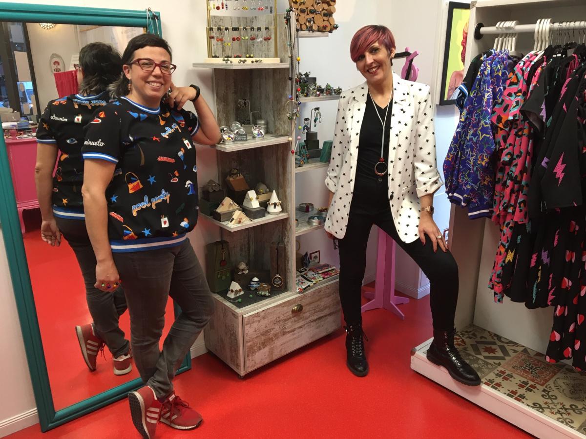 Marta Blanco, de Equiliqua, y Chus Mompel, junto al espacio de la marca de joyería y bisutería en Esenzia