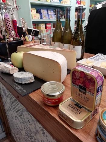 Algunos de los productos selectos que luego se degustaron en el acto conjunto de Latastienda y La rinconada del queso