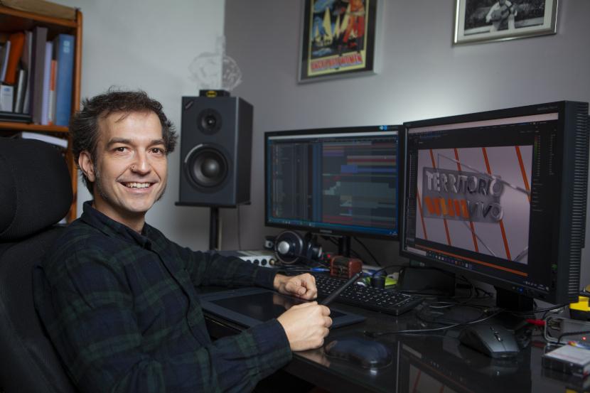 Carlos Peña, trabajando en el grafismo del programa 'Territorio vivo'