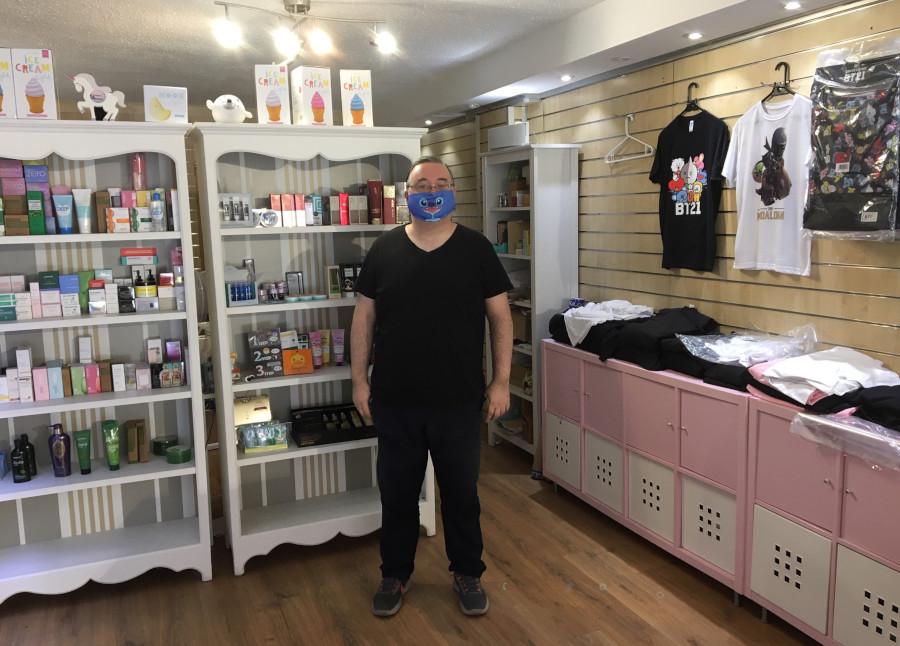 Sergio Jarreta, en su tienda Korean & Beauty